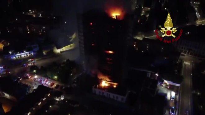Incendio a Milano, pompieri impegnati a spegnere gli ultimi focolai