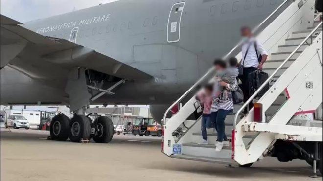 Afghanistan, a Fiumicino l'aereo con rimpatriati da Kabul
