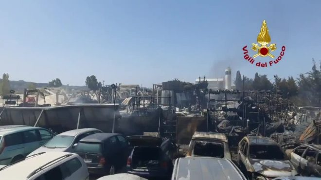 Licata, grosso incendio in un centro di autodemolizioni